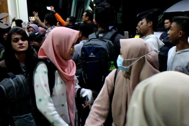 Ratusan TKI yang tiba di Jatim wajib jalani tiga kali