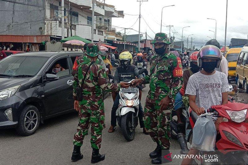 Tentara-polisi di Mimika terus razia pemakaian masker bagi pengendara