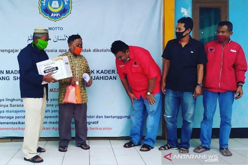 Peringati Hardiknas, PDIP Garut bagikan paket pangan pada guru honorer