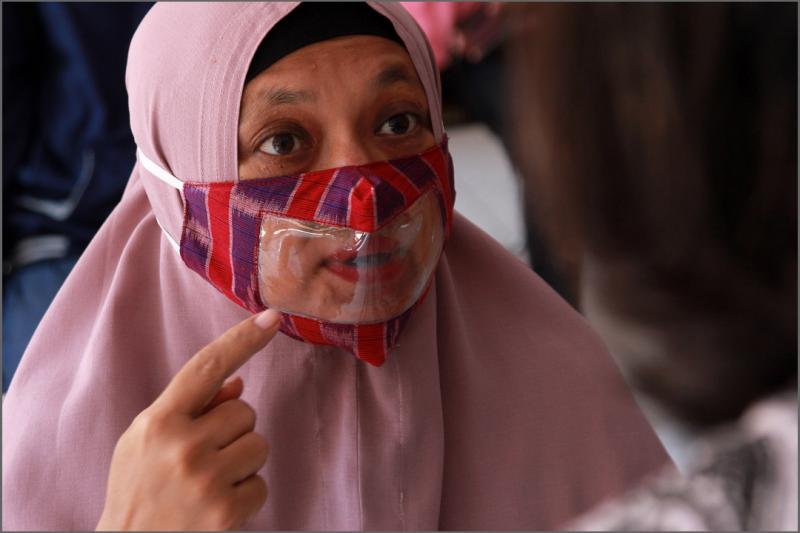 Warga Kota Kediri membuat masker ramah bagi difabel