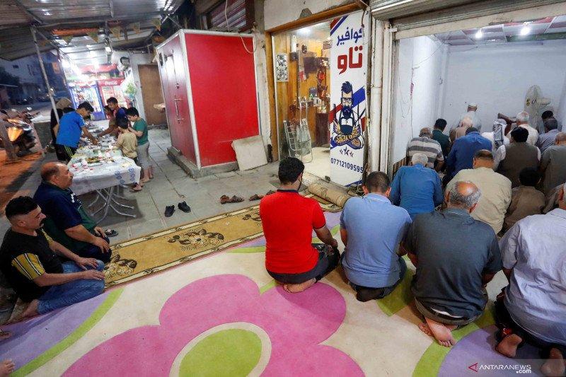 Kegiatan ibadah warga muslim Irak di tengah merebaknya wabah COVID-19