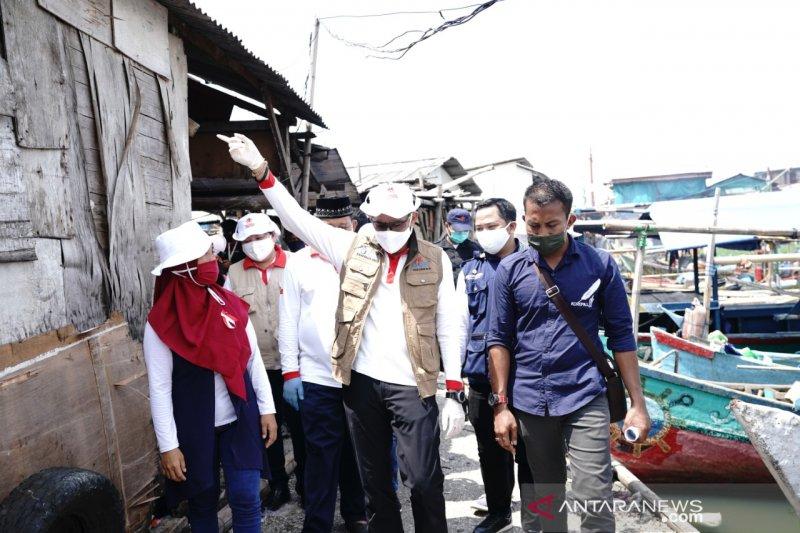 Relawan Indonesia Bersatu berikan 300 paket sembako pada nelayan Pluit