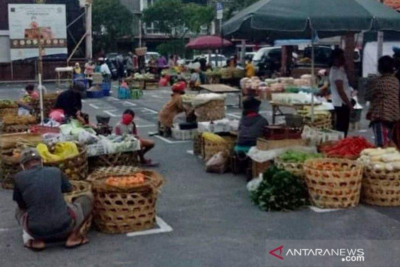 Jelang pembatasan masyarakat, pedagang pasar di Denpasar ditertibkan