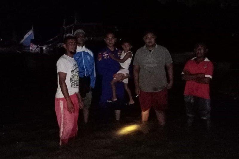 Personel BKO Ditpolairud Polda Aceh evakuasi korban banjir Pidie Jaya
