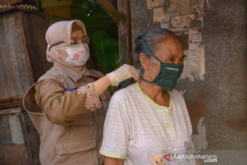 Cegah penularan COVID-19, Wagub NTB bagikan masker kepada warga