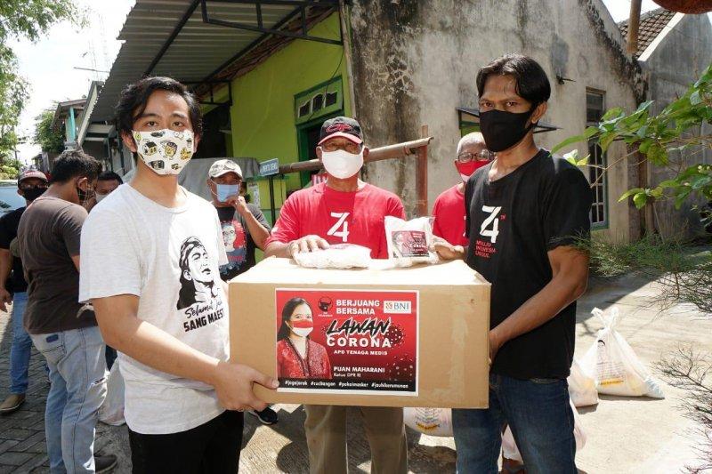 Gibran bersama sukarelawan salurkan bantuan masker dari Puan Maharani