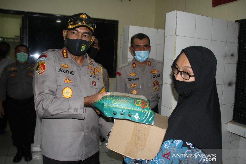 Polres Metro Jakbar bagikan bantuan sembako untuk keluarga tahanan