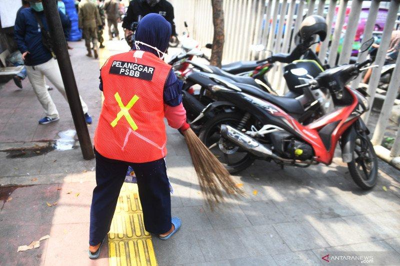 Satpol PP Jakarta Barat sanksi pelanggar PSBB menyapu trotoar
