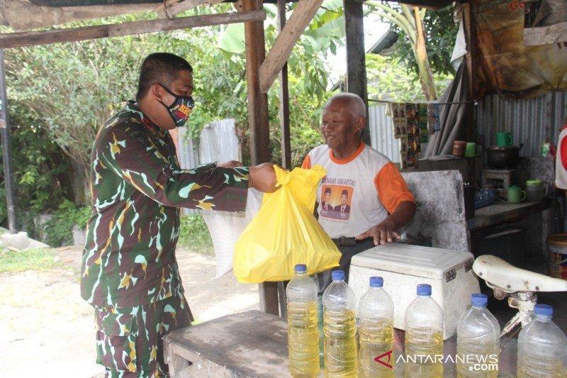 Brimob Polda Sumut bagikan ratusan paket sembako di tiga daerah