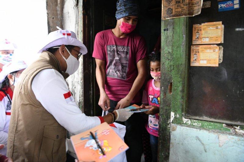 Sandiaga salurkan bantuan sembako untuk pengrajin tempe di Tebet