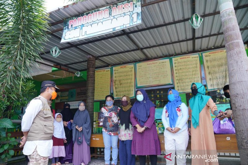 Wagub Sulsel bagikan bantuan pangan kepada guru honorer di Makassar