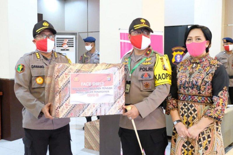 Polda Kalteng serahkan 250 APD dan face shield pada tenaga medis Polri