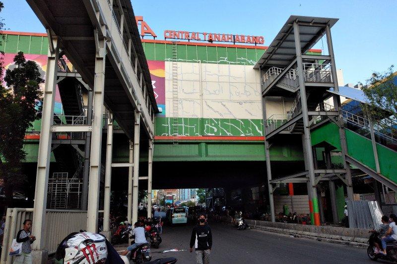 Pedagang masih berjualan di trotoar Pasar Tanah Abang