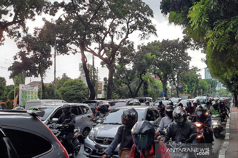 Lalu lintas jalan Raya Pasar Minggu padat saat PSBB diperpanjang