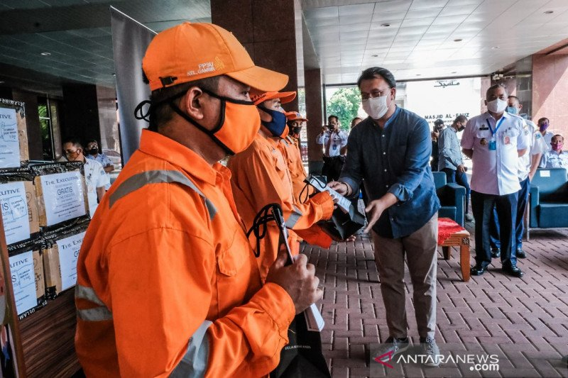 Kemenparekraf bagikan masker kain kepada PPSU DKI Jakarta