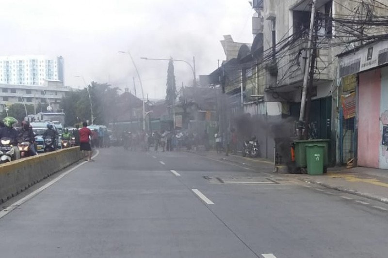 Kabel bawah tanah di Jalan Jatinegara terbakar