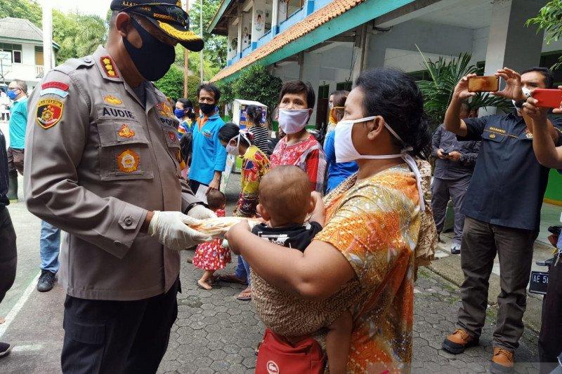 Polrestro Jakbar bagikan baju untuk korban kebakaran Gang Venus