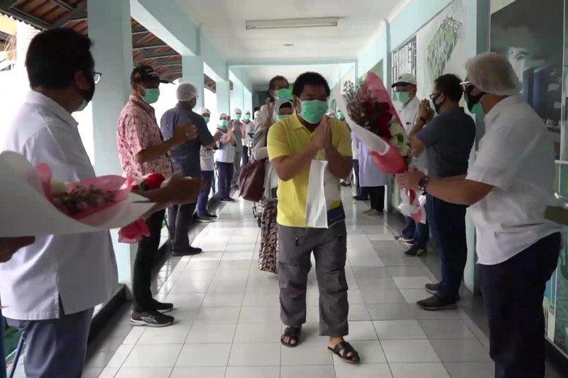 Sepuluh pasien sembuh COVID-19 di RS PHC Surabaya disambut suka cita