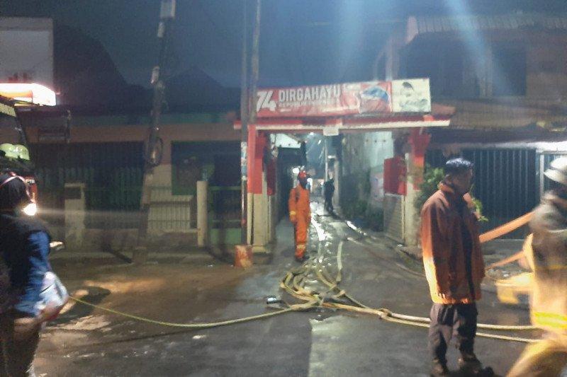 18 unit pompa padamkan kebakaran di kawasan padat Pondok Bambu