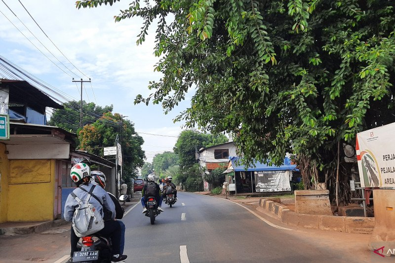 Pemudik motor terlihat melintas di Tanjung Barat