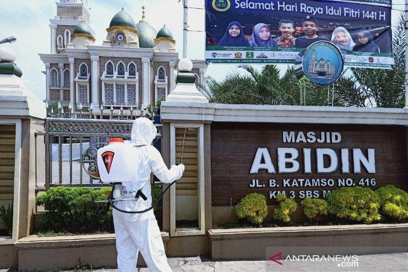 Jelang Idul Fitri, polisi semprot disinfektan masjid di Medan