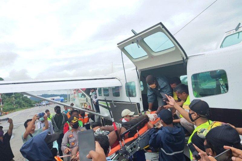 Seorang petugas kesehatan korban KKB di Wandai dievakuasi ke Nabire