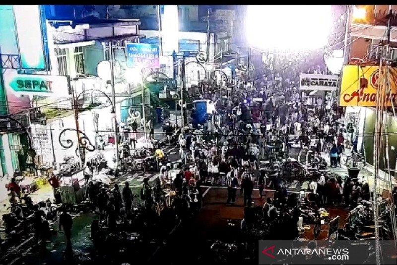 Warga Kabupaten Garut penuhi jalan-jalan saat malam Lebaran