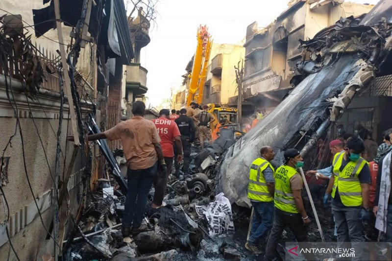 Pesawat jatuh di Karachi