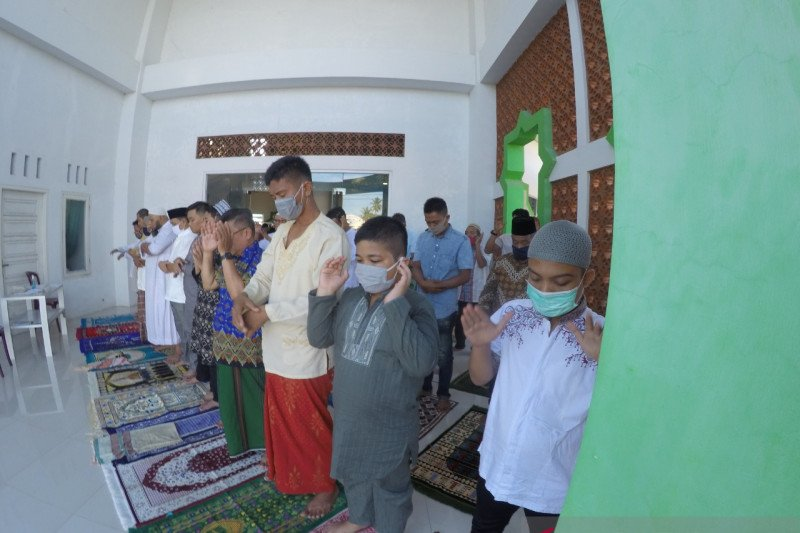 Dengan protokol, sejumlah masjid di Padang adakan shalat Idul Fitri