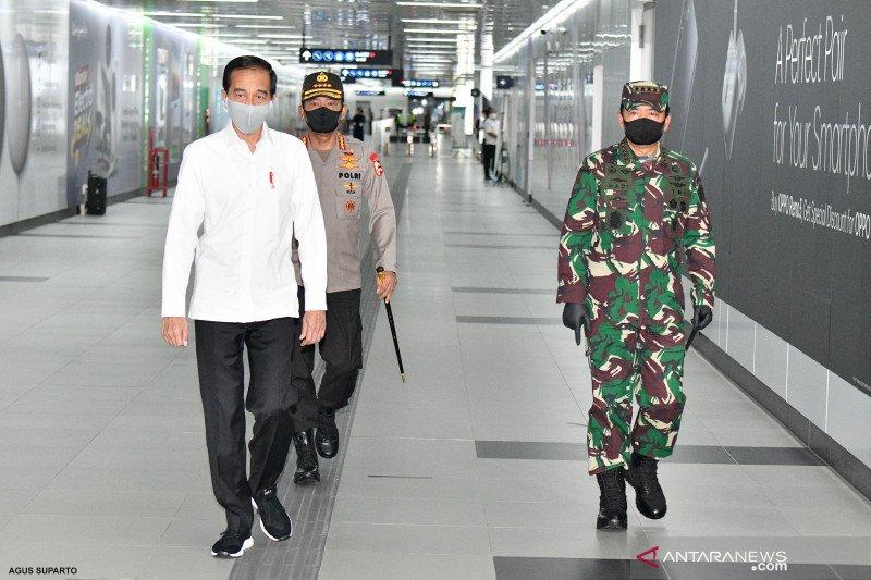 インドネシア国軍とインドネシア警察は、公共の場での「新しい通常」の実施を奨励するために配備されている