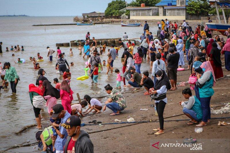 Wisatawan padati pantai Tanjung Pasir saat PSBB masih berlangsung di Tangerang Raya