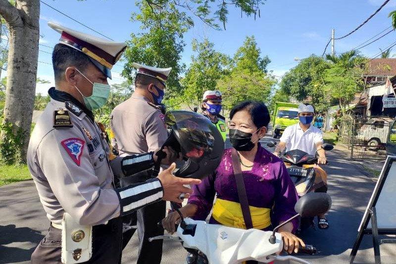 Polres Bangli perketat akses di perbatasan dan bagikan helm