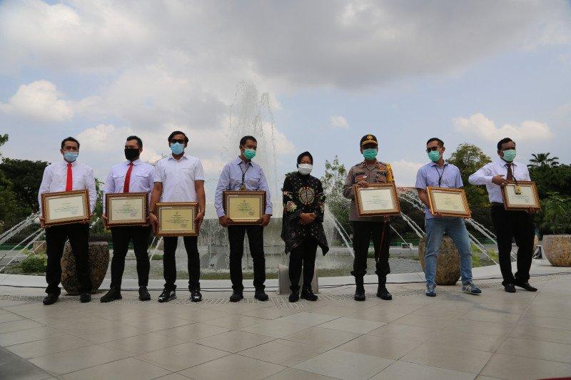 Risma beri penghargaan kepada jajaran Polrestabes Surabaya