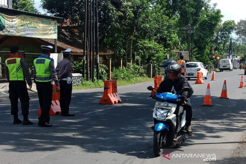Polisi lakukan penyekatan kendaraan di Gentong Tasikmalaya