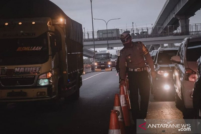 Ribuan mobil ke Jakarta disuruh putar-balik di tol Jakarta-Cikampek