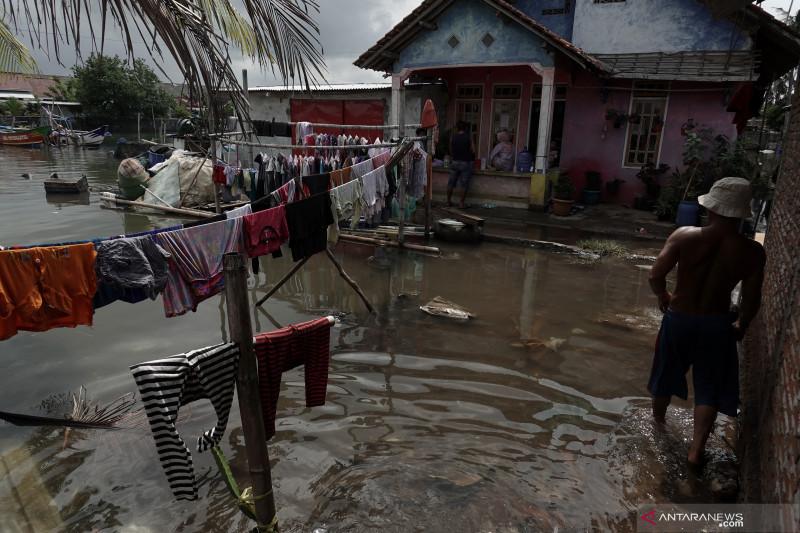Gelombang tinggi picu rob di pesisir selatan Jawa