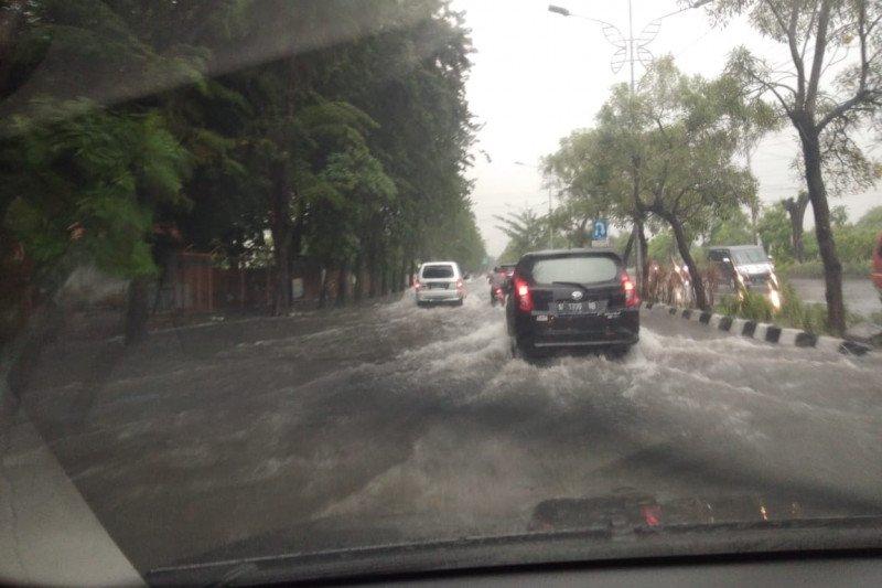 Sejumlah wilayah di Surabaya terendam banjir akibat hujan deras