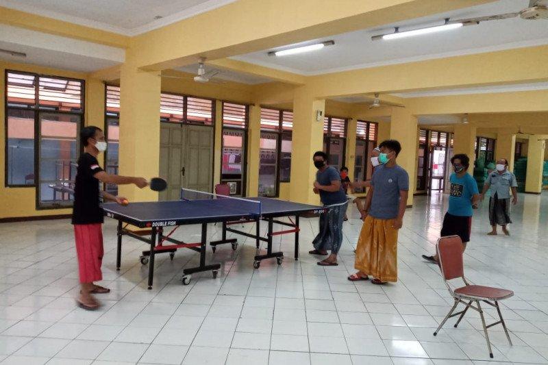 Sejumlah warga berolahraga saat karantina di Asrama Haji Surabaya