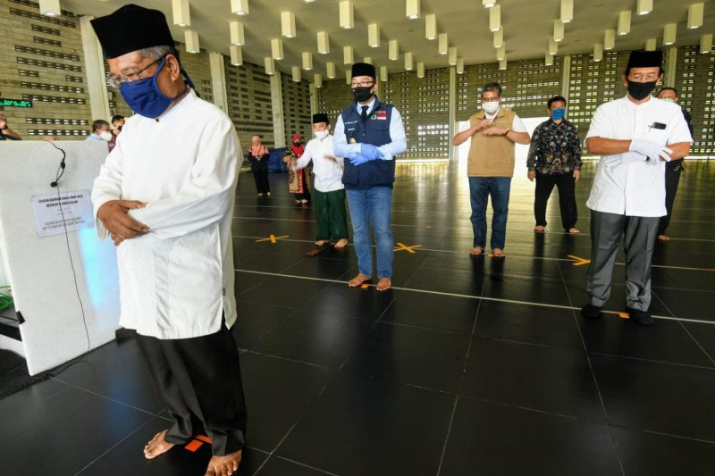 Ridwan Kamil tinjau kesiapan normal baru di rumah ibadah zona biru