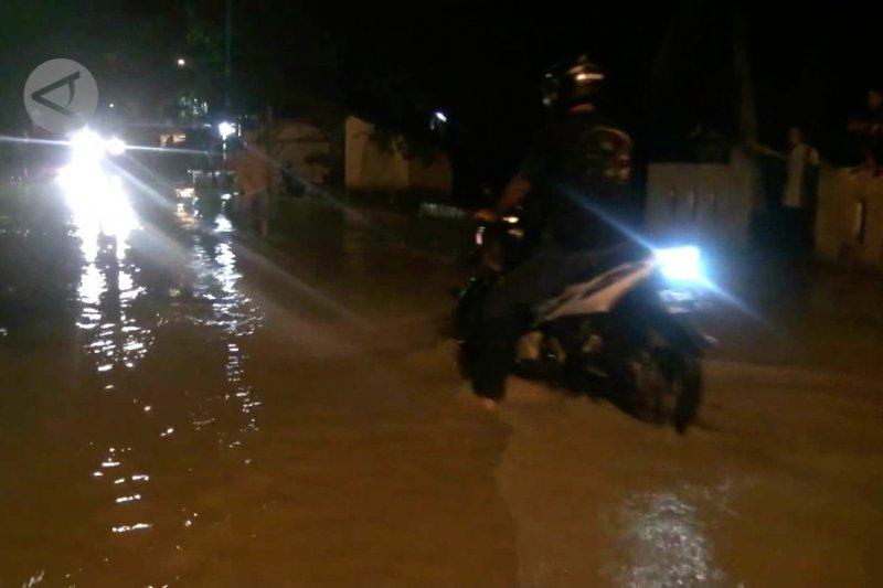 Intensitas hujan tinggi, ruas jalan Lebak terendambanjir