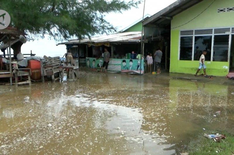 Gelombang laut hantam rumah warga di Pantai Air Manis Padang