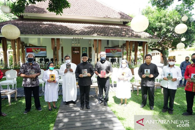 Bupati Anas bagi-bagikan buku tentang Soekarno di Hari Pancasila