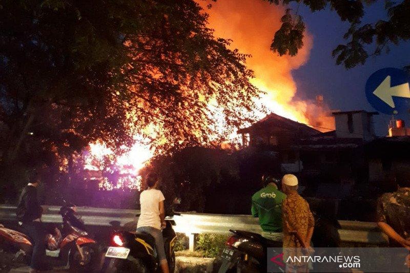 Damkar Jakarta Timur kirim empat mobil pemadam ke kebakaran Menteng