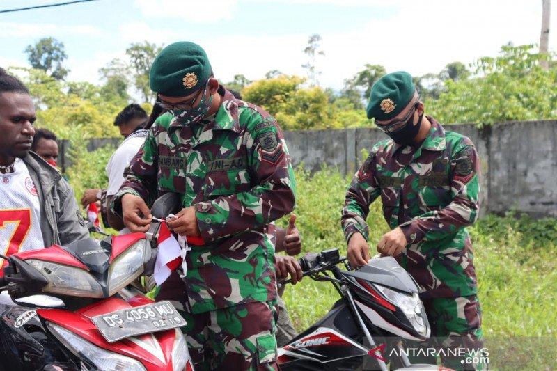 TNI pasang bendera Merah Putih di kendaraan warga yang lintasi markas