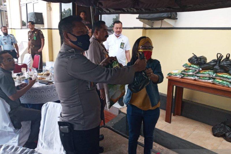 Terdampak COVID-19, wartawan di Pulau Tanimbar dapat bantuan sembako