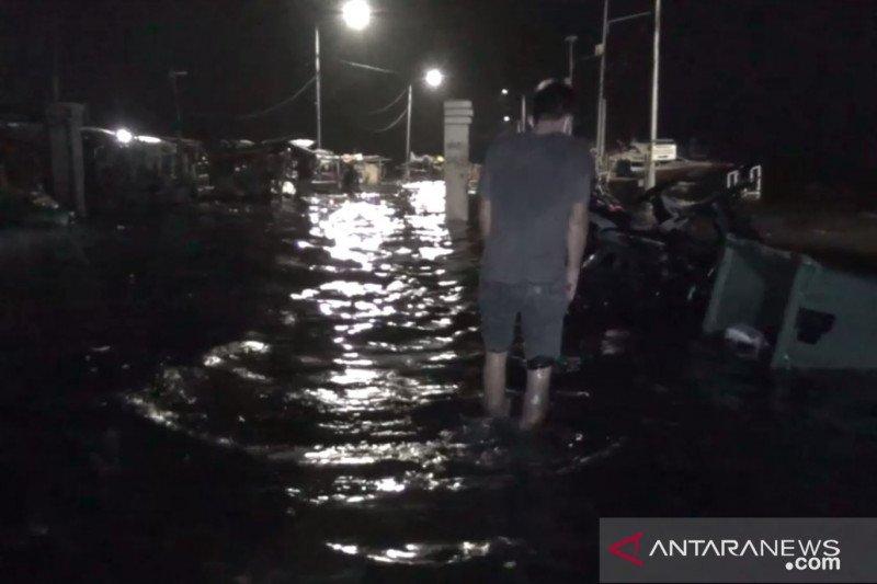 Banjir rob landa pemukiman dan pelabuhan Kaliadem di Jakarta Utara