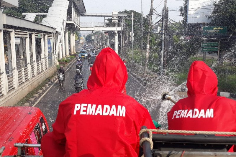 Damkar Jakarta Timur semprot disinfektan 31 pasar tradisional