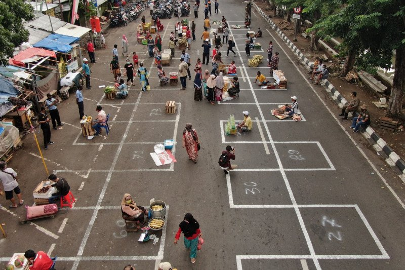 Pedagang di tiga pasar di Surabaya ditata jaga jarak