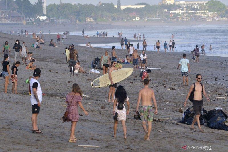 Wisatawan tetap kunjungi pantai yang ditutup