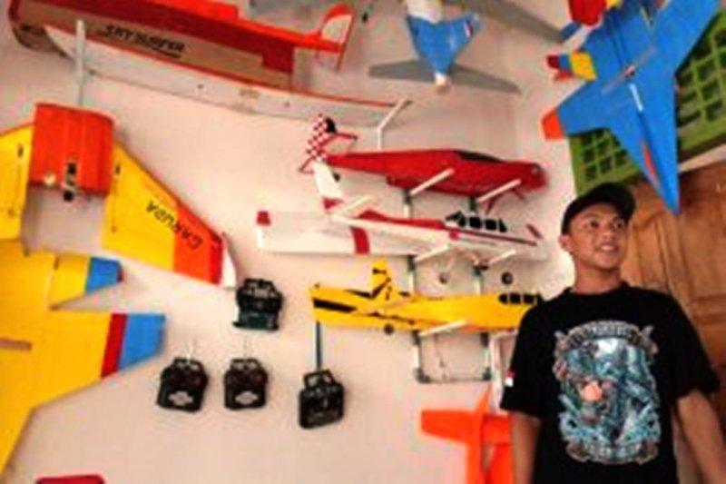 Firman Fahrudin, pemuda Lampung Timur rakit pesawat mainan